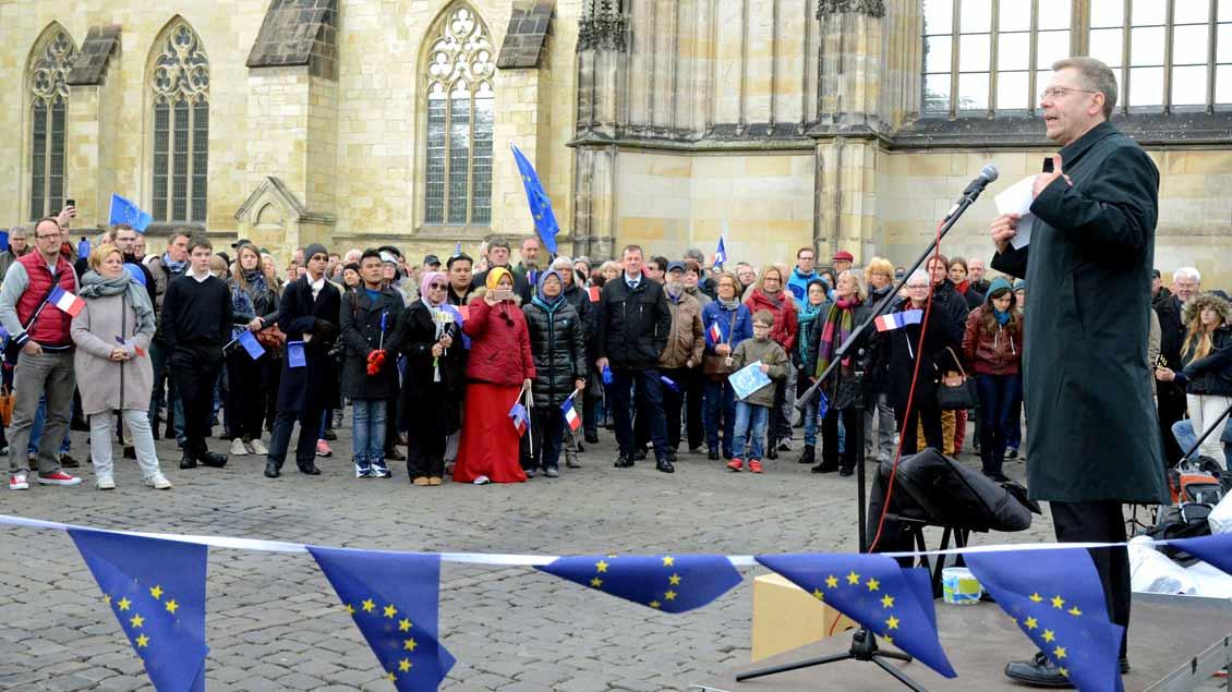 """Weihbischof Stefan Zekorn (rechts) während einer Kundgebung von """"Pulse of Europe"""" am Sonntag auf dem Domplatz in Münster."""