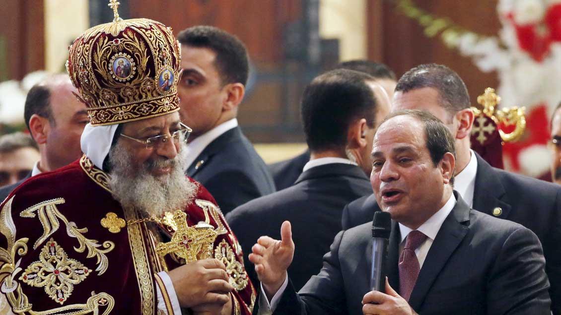 Der koptische Papst Tawadros II. und der ägyptische Präsident Abdel Fattah al-Sisi bei einem koptischen Gottesdienst am 6. Januar 2016.