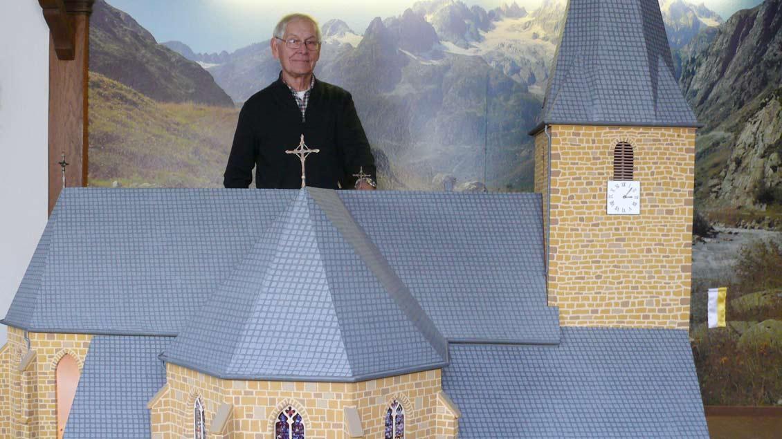 Mit viel Liebe zum Detail hat Johannes Bahde ein Modell der Lembecker St.-Laurentius-Kirche geschaffen. Foto: Maria Nienhaus