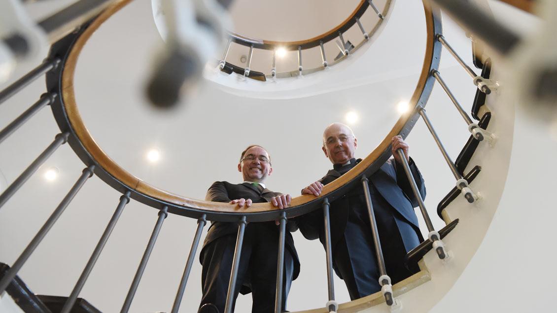 Rolf Lohmann (links) und Bischof Felix Genn. Foto: Michael Bönte