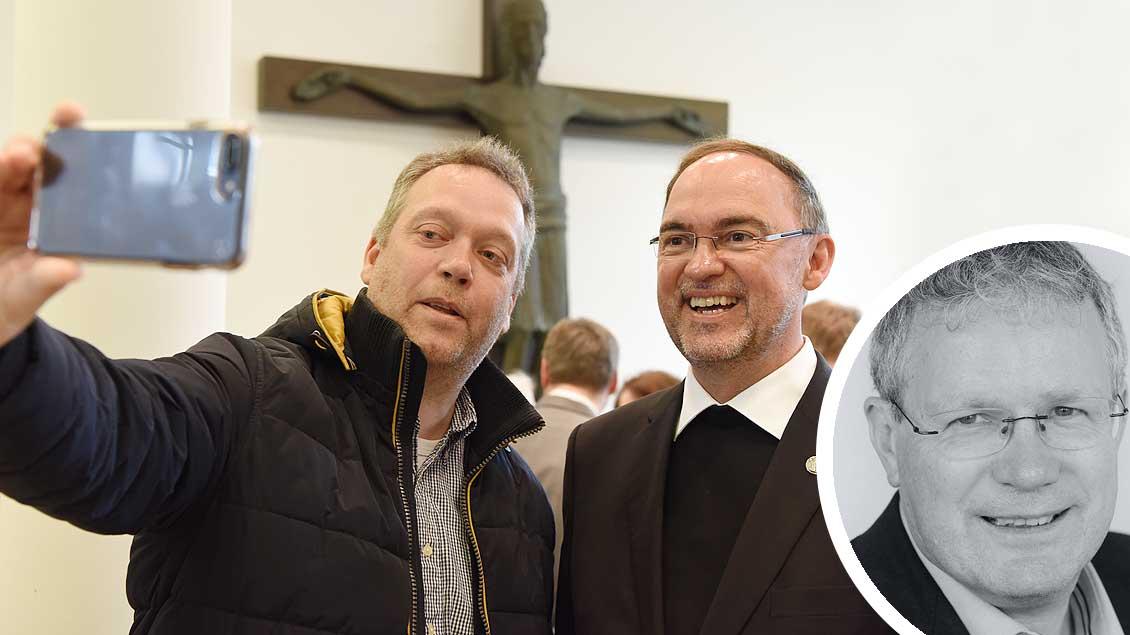 Willkommen am Niederrhein: Gratulant aus Wesel beim Selfie mit seinem neuen Weihbischof Rolf Lohmann (rechts).