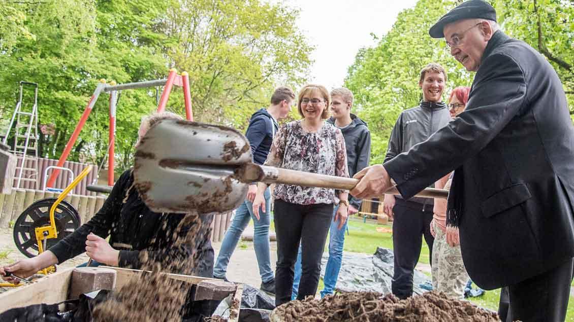 Im Benstruper Kindergarten half Bischof Felix Genn der KLJB-Gruppe mit einigen Schaufeln Mutterboden beim Anlegen eines Hochbeetes für Kräuter und Gemüse. Der Bischof besuchte mehrere Projekte.|Foto: BPV (Johannes Hörnemann)