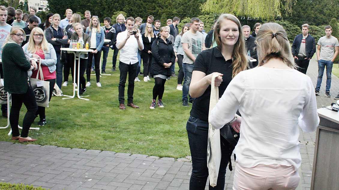 Bei einer Auftaktveranstaltung am Donnerstag im Garten von Weihbischof Wildfried Theising in Vechta haben die KLJB-Gruppen ihre Aufträge für die 72-Stunden-Aktion bekommen. | Foto: Michael Rottmann