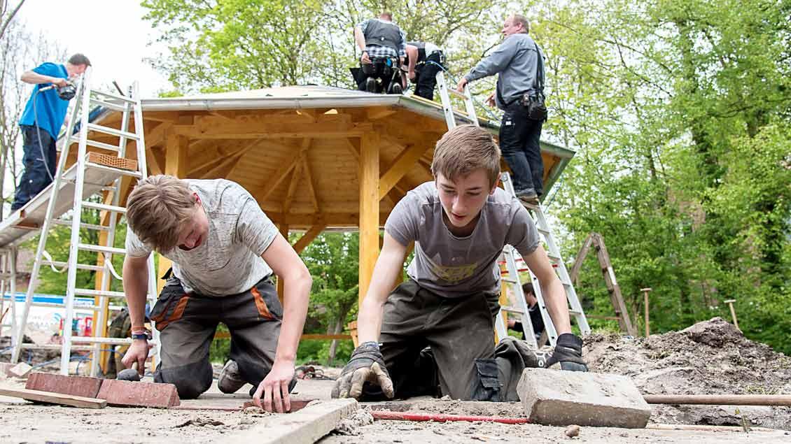 Die KLJB Lastrup hat bei der 72-Stunden-Aktion eine Grillhütte gebaut. Auf dem Foto zu sehen sind Henning Elschen und Julius Timme bei Pflasterarbeiten.|Foto: BPV (Johannes Hörnemann)