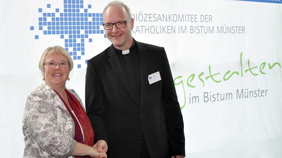 Der Neue im Laiengremium des Bistums Münster: Notburga Heveling gratuliert Domvikar Jochen Reidegeld. Foto:pd