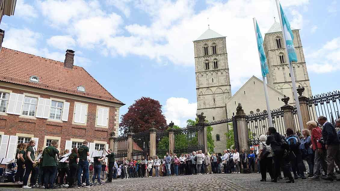 Das Jugendorchester aus Uedem spielte vor dem Bischofshaus. | Foto: Michael Bönte