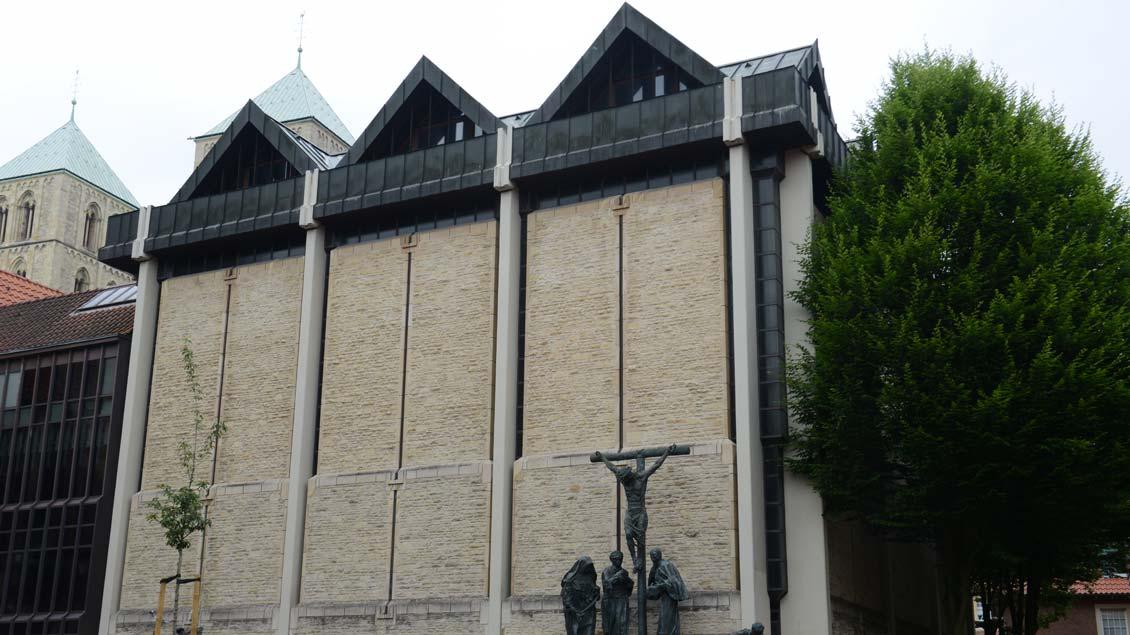 Außenansicht der Domkammer am Horsteberg in Münster. Im Hintergrund die zwei Türme des Paulusdoms. Foto: Michael Bönte