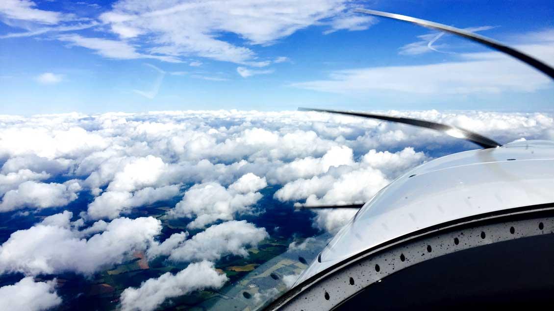 Blick aus dem Cockpit in rund zwei Kilometern Höhe, irgendwo zwischen Münsterland und Nordseeküste.