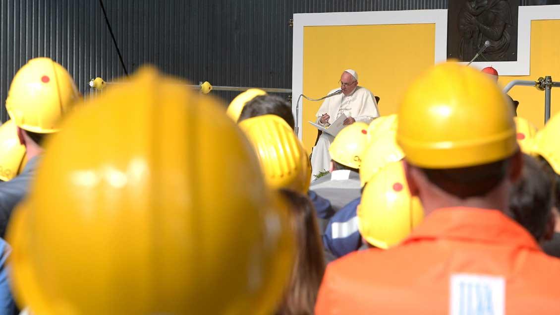 Papst Franziskus beim Besuch eines Stahlwerks in Genua.