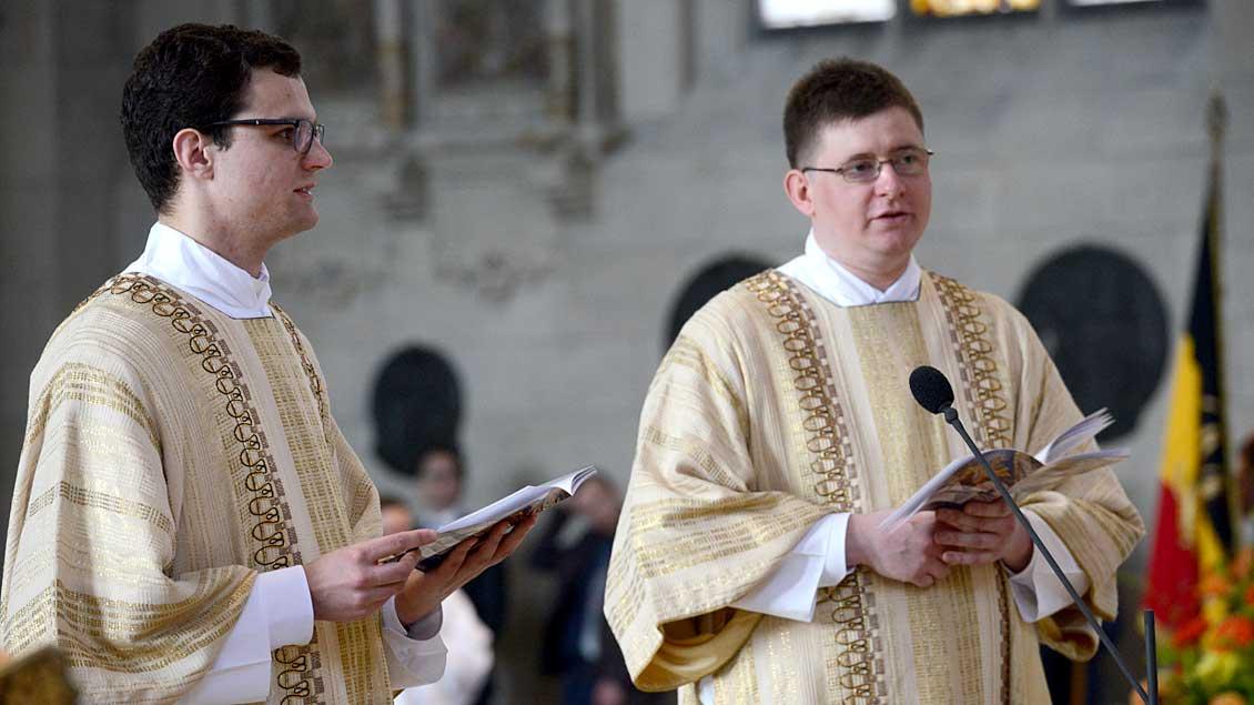 Lukas Hermes (links) und Matthias Rump bei ihrer Diakonenweihe im April 2016.