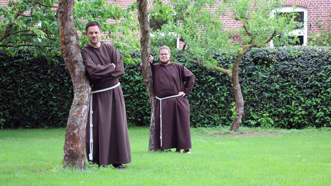 Bruder Thomas Schied (links) und Bruder Christian Albert im Garten der Kapuzinerklosters in Münster.