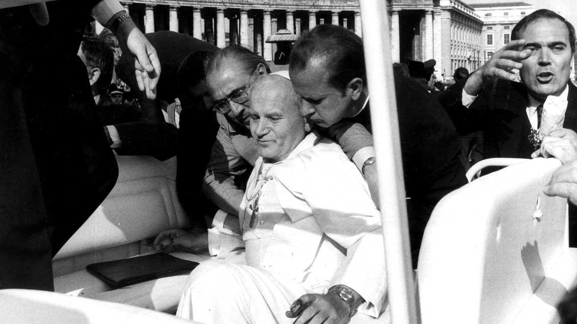Attentat auf Papst Johannes Paul II. durch den türkischen Terroristen Mehmet Ali Agca auf dem Petersplatz im Vatikan am 13. Mai 1981 - am Jahrestag der Erscheinungen der Gottesmutter in Fatima.