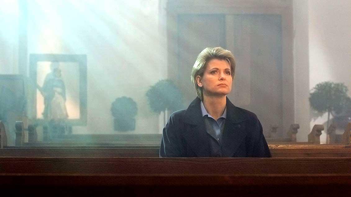 """Gabi Zenker (Andrea Spatzek) aus der ARD-Serie """"Lindenstraße"""" findet Halt in einer Kirche Halt im katholischen Glauben. (Folge 856)"""