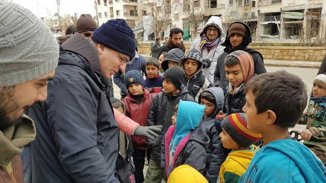 Pater Firas Lutfi mit Kindern in Aleppo.