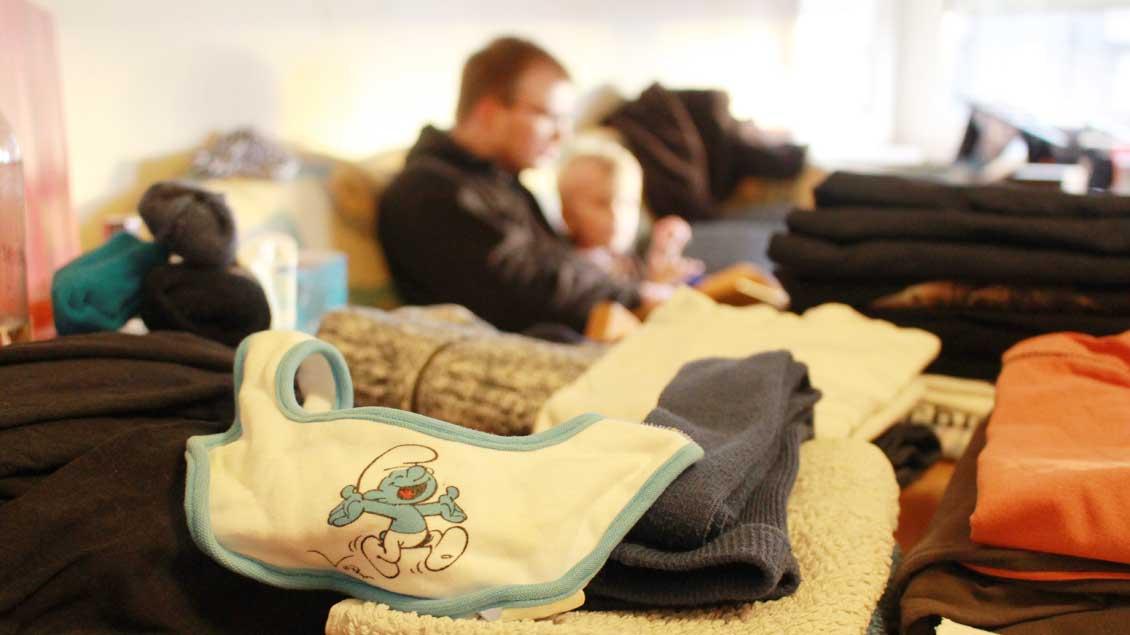 Das Wegräumen der Wäsche muss warten. Wenn Patrick seinen Sohn Jakob von der Kita abgeholt hat, machen sie es sich erstmal mit Buch auf der Couch gemütlich.