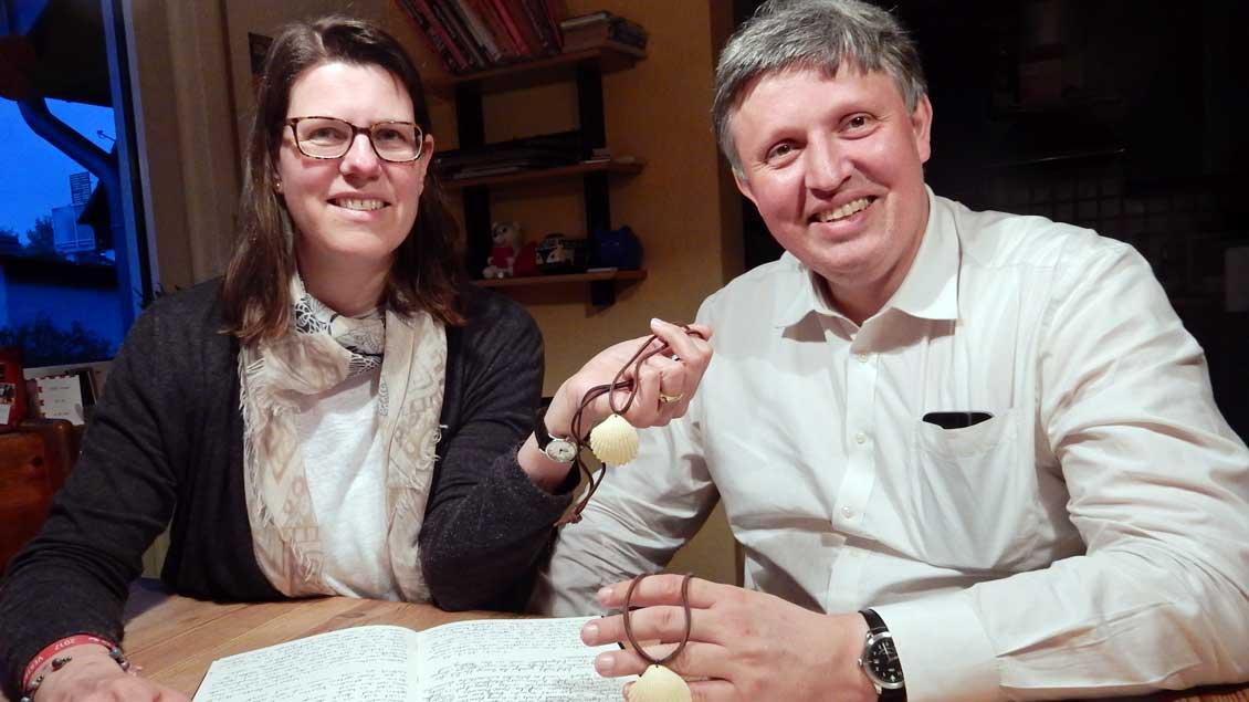 Petra und Rolf Klein zeigen ihr Reisetagbuch, in dem sie Erlebnisse und Erfahrungen vom Pilgerweg nach Santiago de Compostela aufgeschrieben haben.