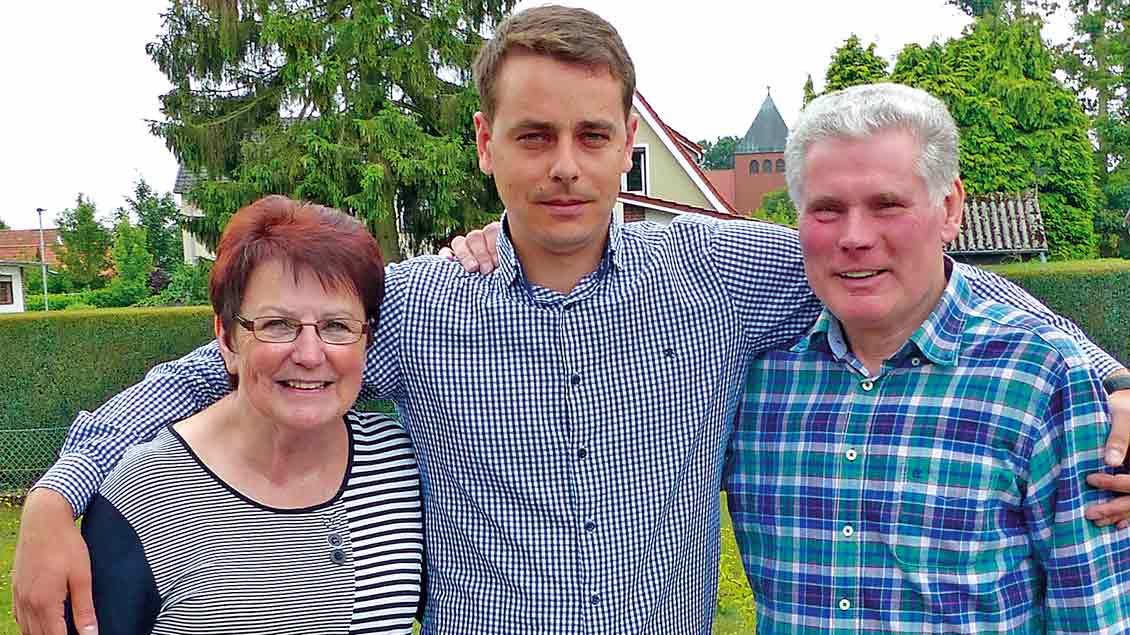 Jürgen Dartschs (rechts) lebt für die Rumänienhilfe der Gemeinde Maria Frieden Vechta. Seit fast 30 Jahren sorgt er für ein Waisenhaus im Osten des Landes – und mit seiner Frau Heidi (links) für ihr Patenkind aus diesem Heim, Cosmin Cotureanu (Mitt
