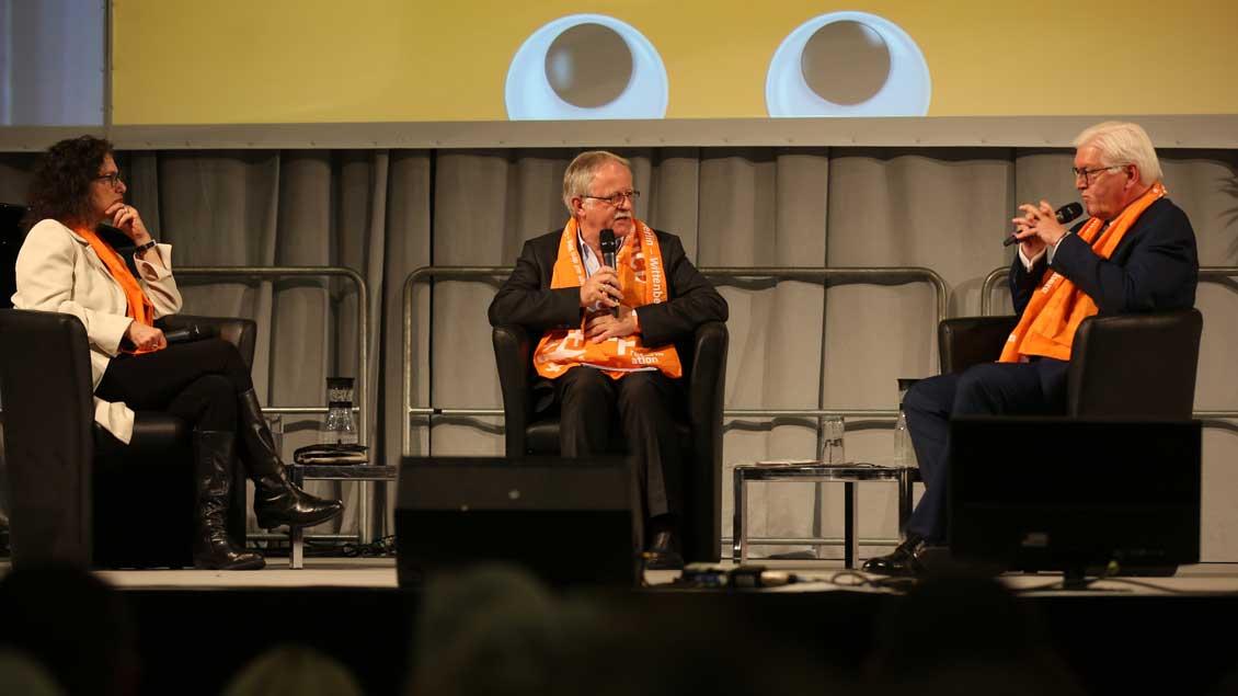 Von links: Susan Neiman, Direktorin des Einstein Forums Potsdam; Hans Leyendecker, Journalist und Bundespräsident Frank-Walter Steinmeier. Foto: KNA