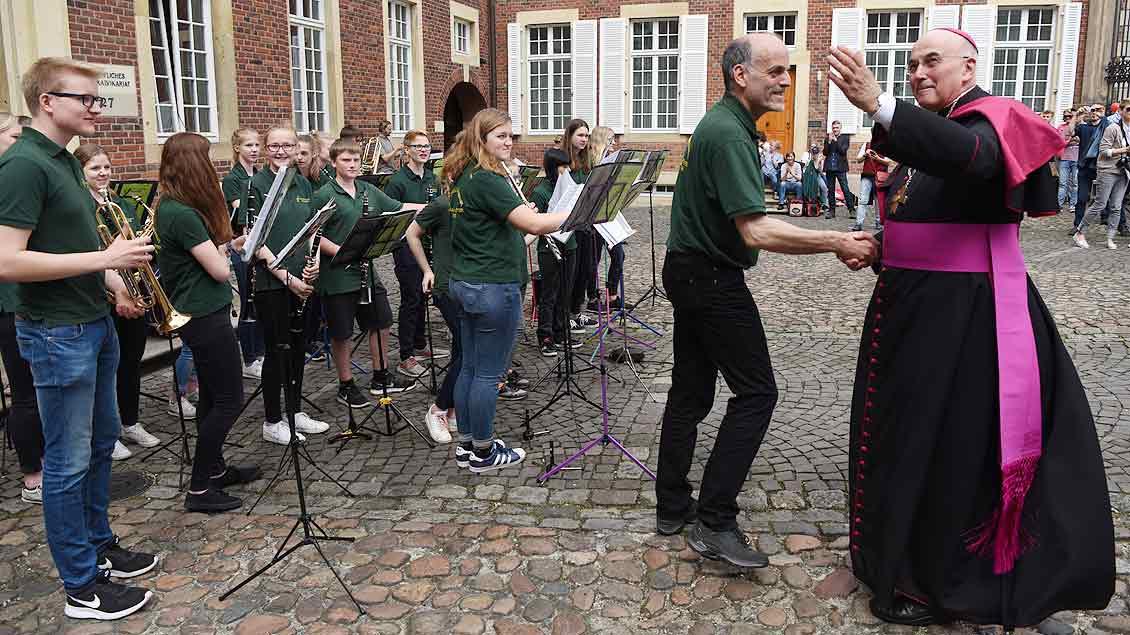 Bischof Felix Genn besuchte die einzelnen Musikgruppen in Münster. | Foto: Michael Bönte
