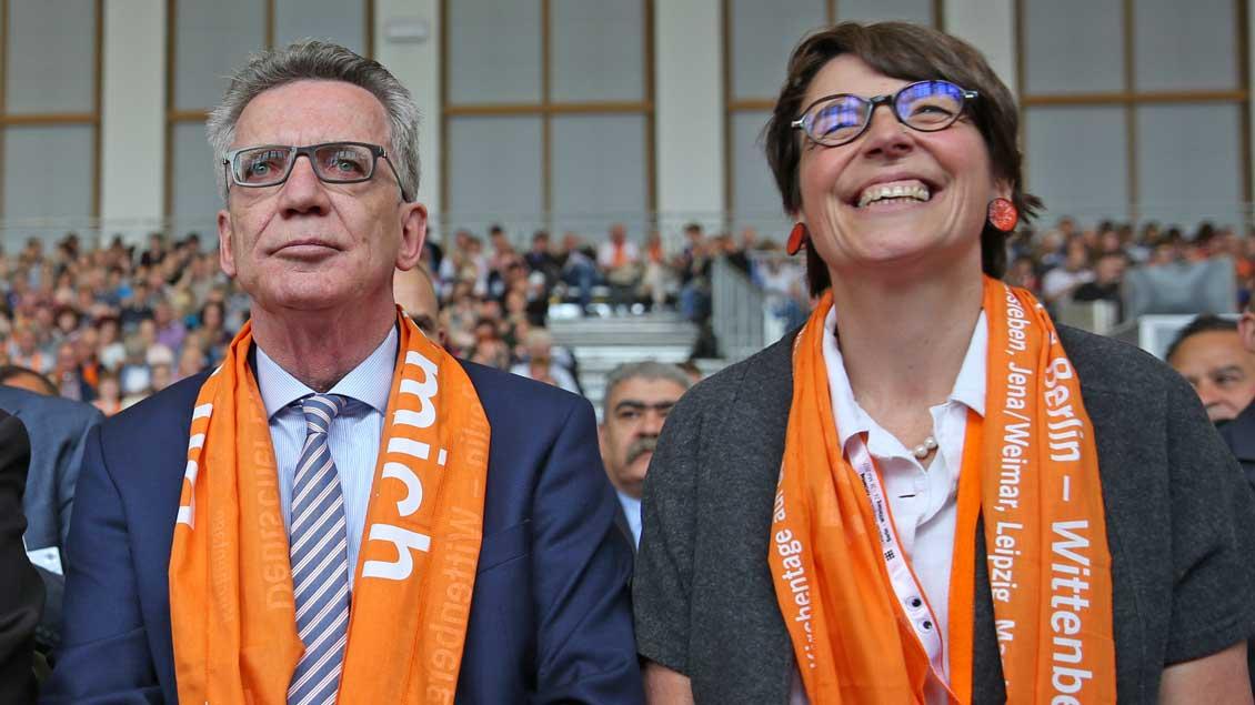 Bundesinnenminister Thomas de Maiziere (CDU) und Kirchentagspräsidentin Christina Aus der Au.