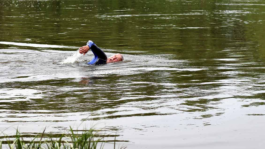 Claus-Rainer Wolter will vom sächsischen Kreinitz die 95 Kilometer flussabwärts bis Wittenberg schwimmen.