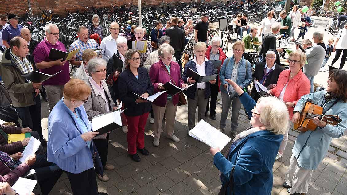 Der Kirchenchor St. Sebastian aus Münster-Hiltrup sang an der Königsstraße. | Foto: Michael Bönte