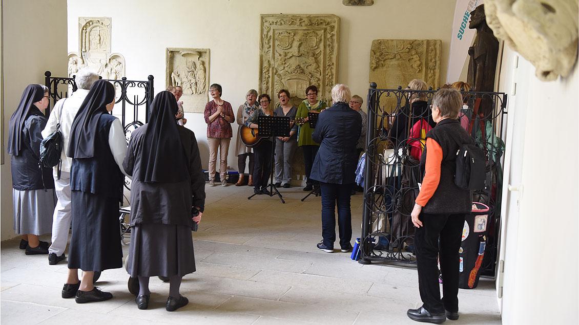 Die Gemeinschaft den neuen Weges vom Heiligen Franziskus aus Münster sang im Kreuzgang des Doms. Foto: Michael Bönte