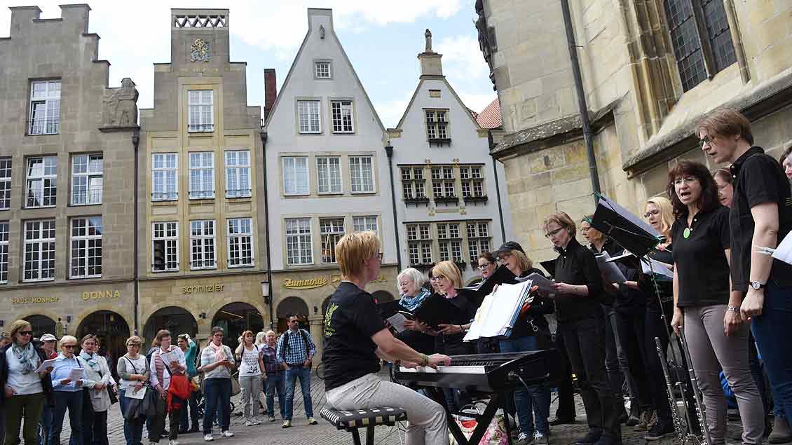 InTakt aus Datteln sang vor der Lamberti-Kirche. | Foto: Michael Bönte