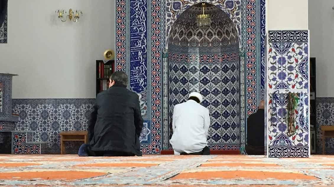 Zwei Muslime beten in einer Moschee in Münster.
