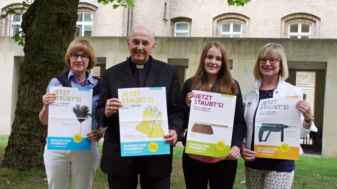Mit den Werbeplakaten zur Pfarreiratswahl (von links): Gabriele Ludwigs, Bischof Felix Genn, Franziska Lehmkuhl und Ise Kamp.