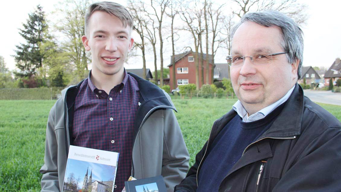 """Philipp Meyer (links) ist begeistert vom Ordensleben der Benediktiner wie Diakon Michael Stephan Kornau, der aus der """"Regel des heiligen Benedikt"""" Kraft für seinen Alltag schöpft."""