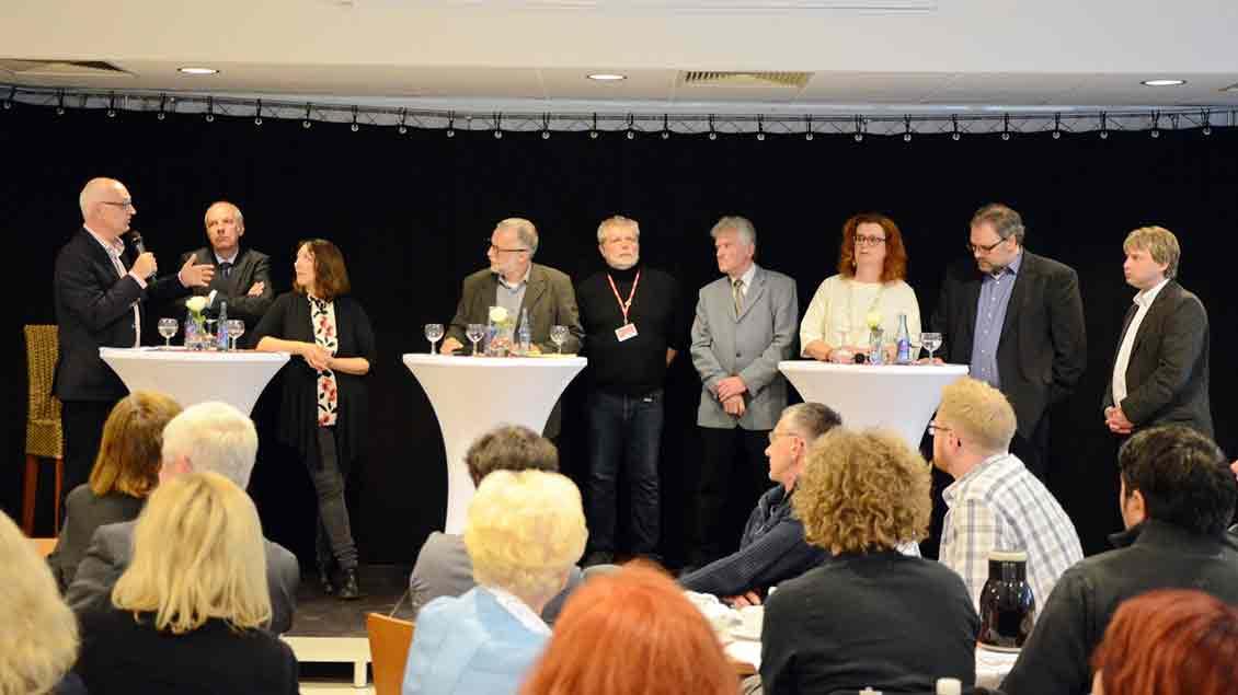 Sie waren auf dem Podium vertreten (von links): Carsten Löcker (SPD), Diözesancaritasdirektor Heinz-Josef Kessmann, Melanie Kern (Piratenpartei), Moderator Matthias Müller vom Caritasverband Herten, Erich Burmeister (Die Linke), Udo Surmann (Parteilose