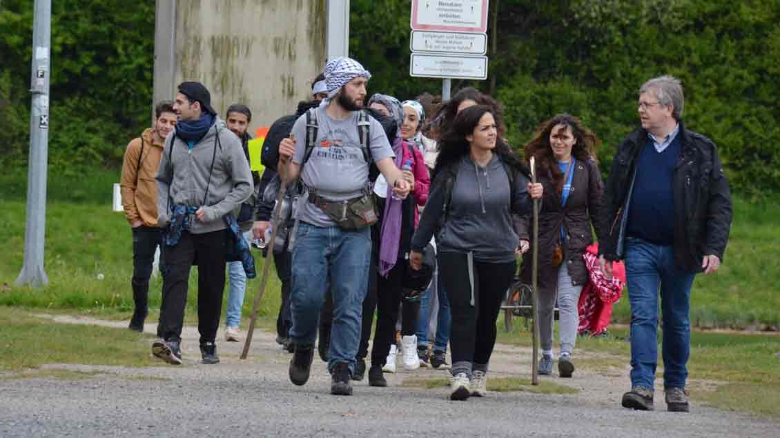 Gut 30 Kilometer wanderten die Syrer über den Hermannsweg von Brochterbeck nach Rheine. Foto: Marianne Sasse