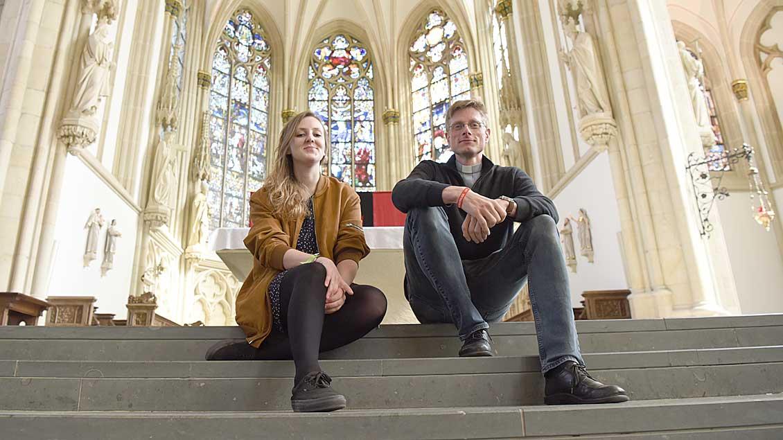 Valerie Schönian und Kaplan Franziskus von Boeselager.