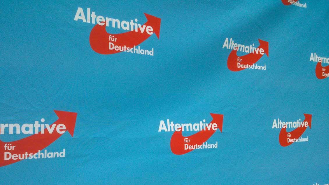 Das AfD-Logo auf einer Plakatwand.
