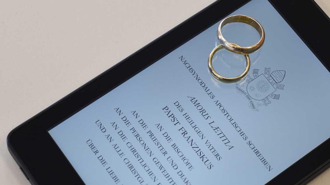 """Auf einem Tablet ist eine digitale Version des Schreibens """"Amoris laetitia"""" zu sehen."""