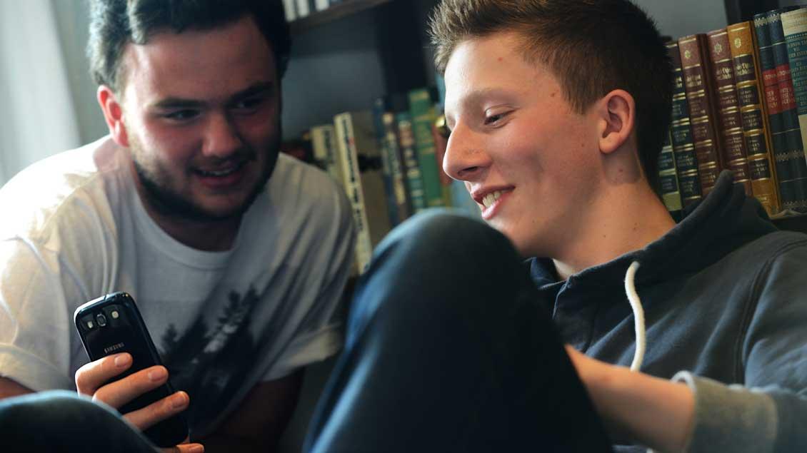 Jugendliche mit dem Smartphone.