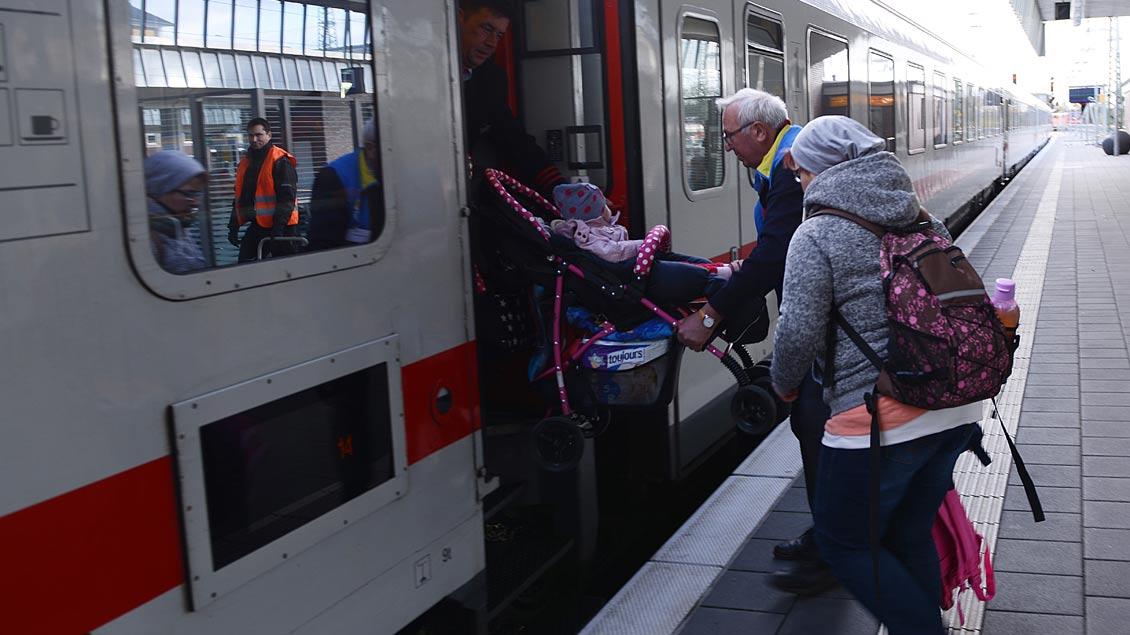 Wer mit Kinderwagen in einen Zug einsteigt, kann Hilfe gut gebrauchen. | Foto: Michael Bönte