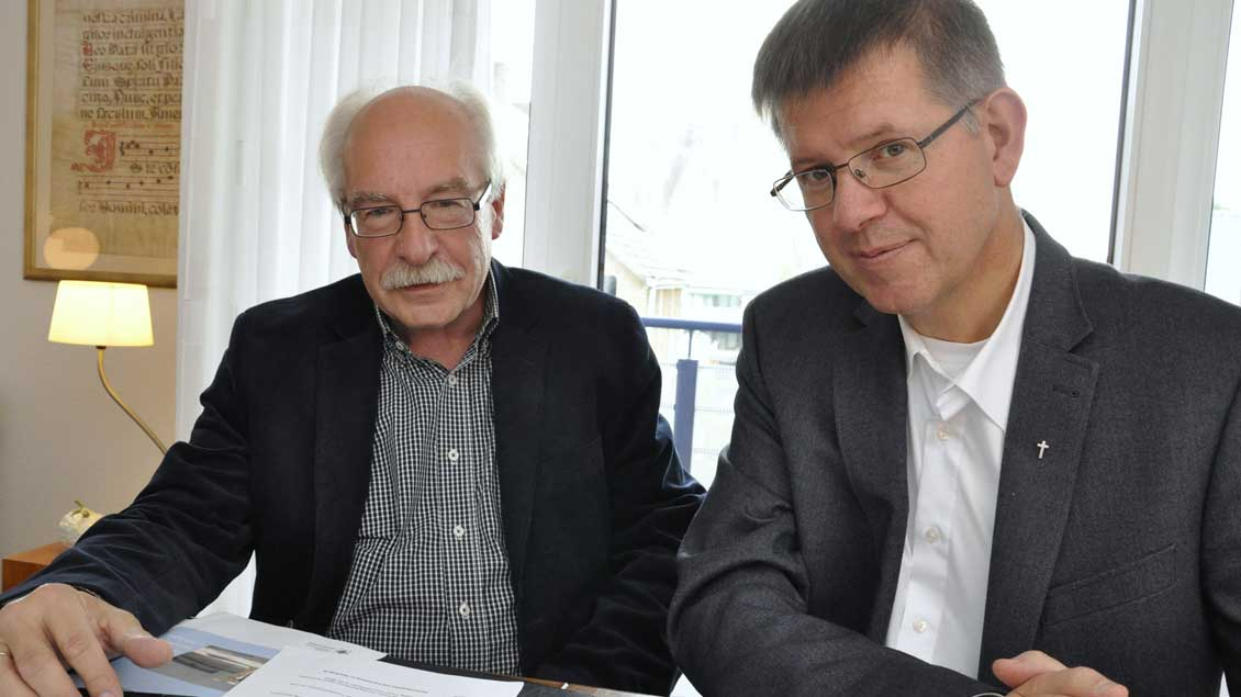 Mick Michels (links) und Propst Johannes Mecking. Foto: Christian Breuer (pbm)
