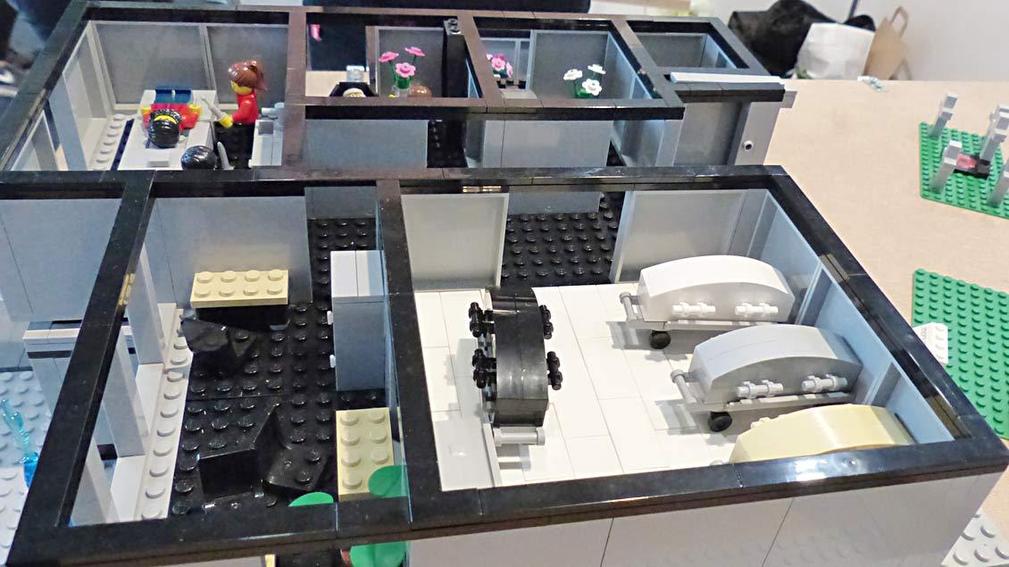 Ein ganzes Bestattungsinstitut mit Abschieds- und Verkaufsräumen bietet das Bestattungs-Spielzeug ebenfalls an. | Foto: Michael Rottmann
