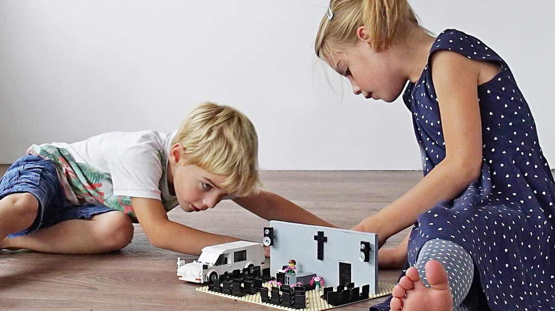 Mit diesem Bild wirbt Richard Hattink für den Einsatz des Bestattungs-Spielzeugs. | Foto: uitvaartspeelgoed.de
