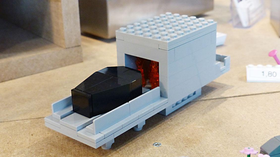 Auch das Modell eines Verbrennungsofens zählt zum Angebot. Er soll Kindern verstehen helfen, was in einem Krematorium passiert. | Foto: Michael Rottmann
