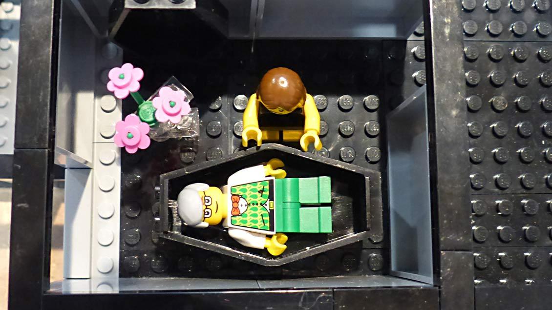 Abschied nehmen am offenen Sarg. Auch dieser Moment lässt sich mit dem Bestattungs-Spielzeug nachstellen. | Foto: Michael Rottmann