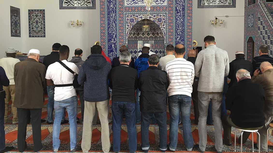 Männer feiern das Mittagsgebet in Münsteraner Moschee.