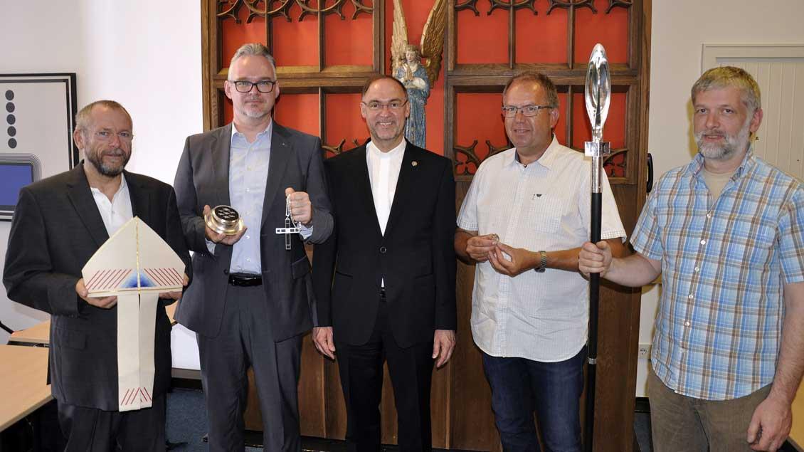 Weihbischof Rolf Lohmann (Mitte) ist beeindruckt von den Arbeiten von Thomas Schmitt, Herbert Cürvers, Georg Seegers und Norbert van Ooyen frieden (von links).