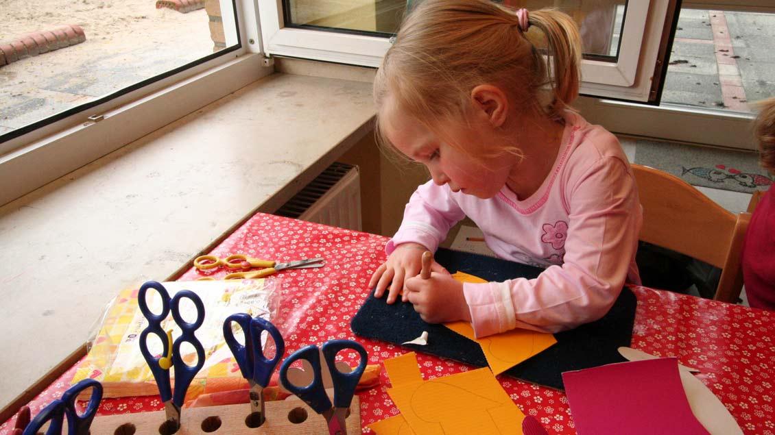 Spielen mit unterschiedlichen Materialien fördert die Kreativität der Kinder.