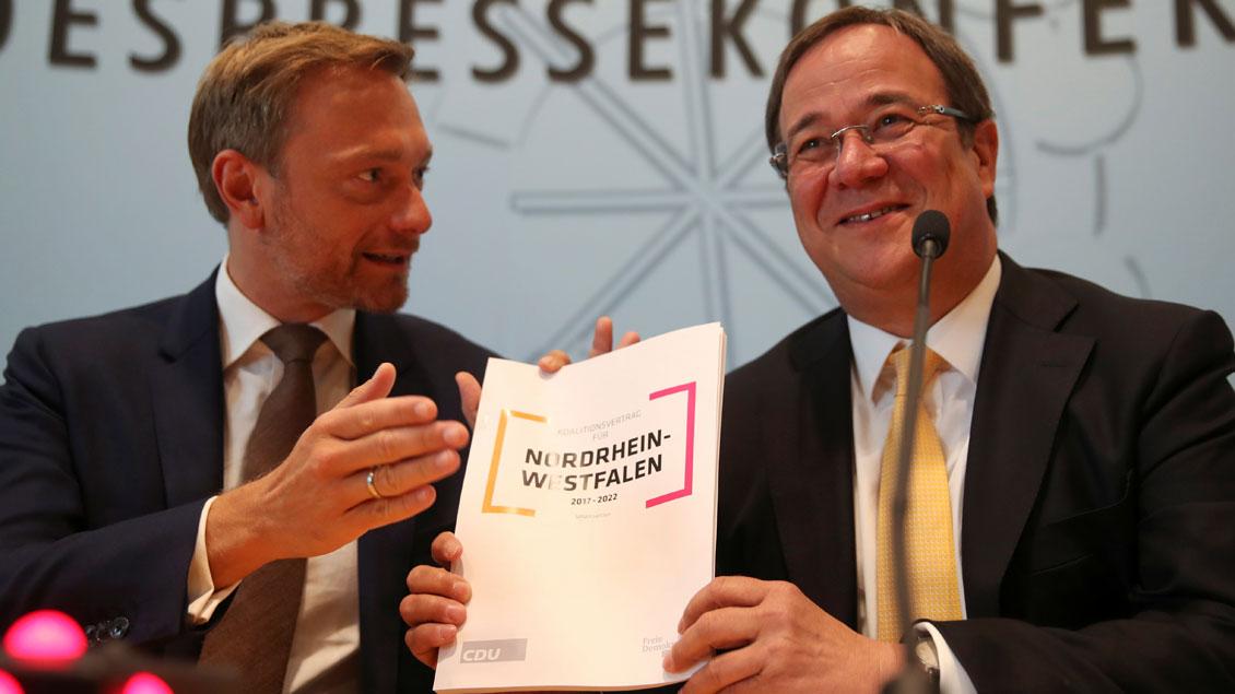 Parteichef Christian Lindner (FDP, links) und der designierte Ministerpräsident Armin Laschet (CDU) stellten am Freitag den Koalitionsvertrag für NRW vor.
