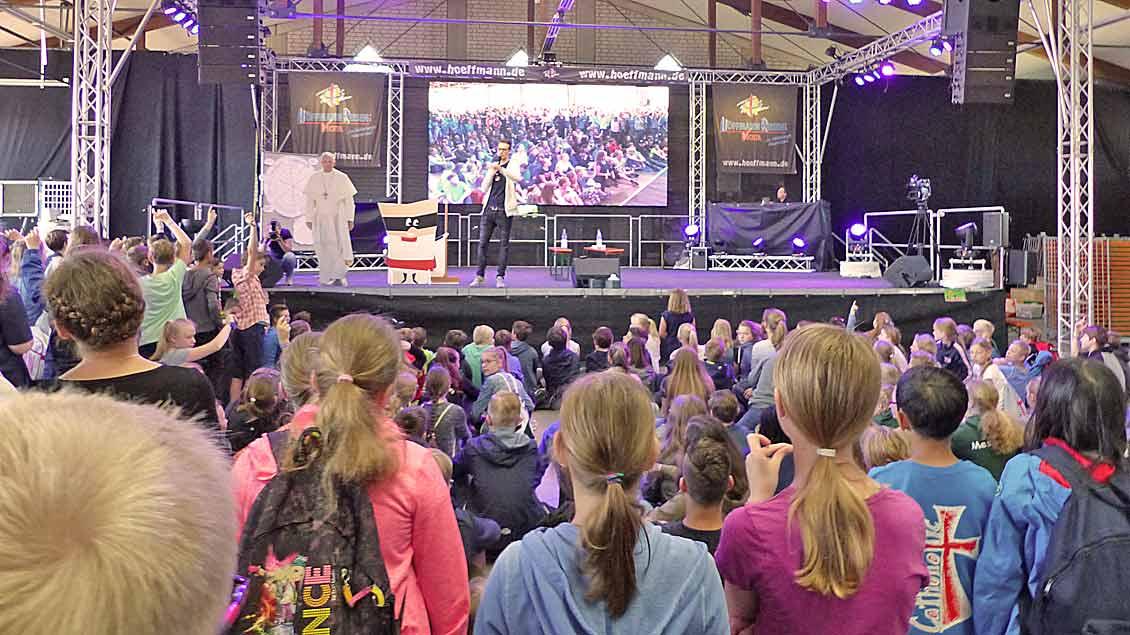 Rund 800 Kinder und Jugendliche waren zum ersten Oldenburger Messdienertag gekommen - hier bei der Eröffnung in der Halle eines Busunternehmens. | Foto: Franz Josef Scheeben
