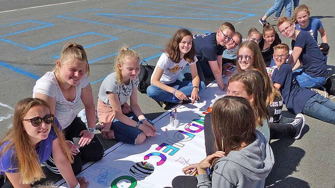 Kinder verschiedener Messdienergruppen beim gemeinsamen Malen auf einem Lager-Banner. | Foto: Franz Josef Scheeben