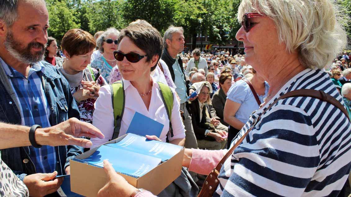 Nach dem Gottesdienst wurde der ökumenische Aufruf an alle Gäste auf dem Domplatz verteilt. | Foto: Annette Saal
